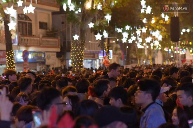 Bức ảnh minh chứng rõ nhất về độ chịu chơi của người dân Hà Nội: Đêm Noel đông đến mấy cũng ra đường!-5