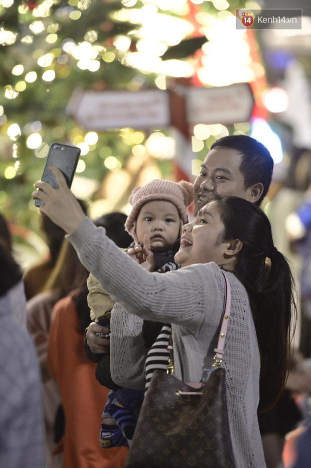 Bức ảnh minh chứng rõ nhất về độ chịu chơi của người dân Hà Nội: Đêm Noel đông đến mấy cũng ra đường!-6