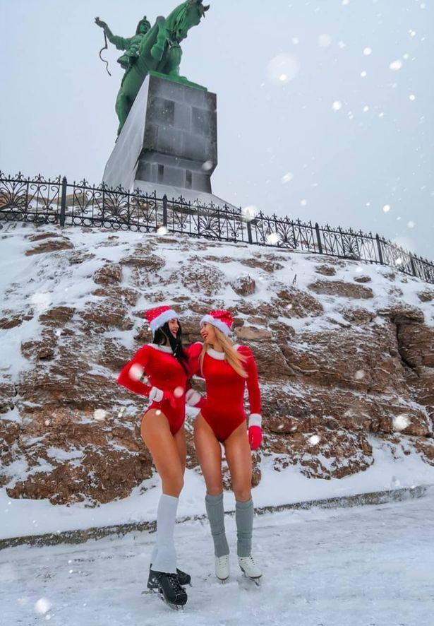 Mặc đồ Giáng sinh thiếu vải sống ảo ở tượng đài anh hùng, 2 cô gái xinh đẹp bị chỉ trích kịch liệt-1