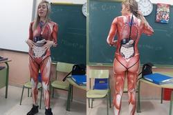 Cô giáo được khen khi diện đồ bó sát dạy về giải phẫu trên lớp
