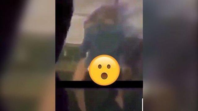 Đôi nam nữ thản nhiên diễn cảnh nóng trước mặt 500 người trong quán bar-1