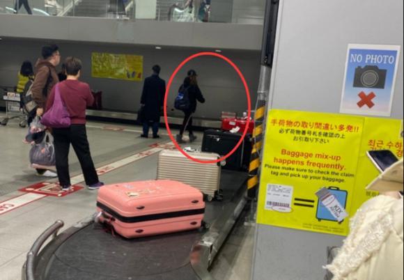 Én nhỏ Triệu Vy lộ mặt vàng vọt, kiệt sức khi một mình xuất hiện ở Nhật Bản-2
