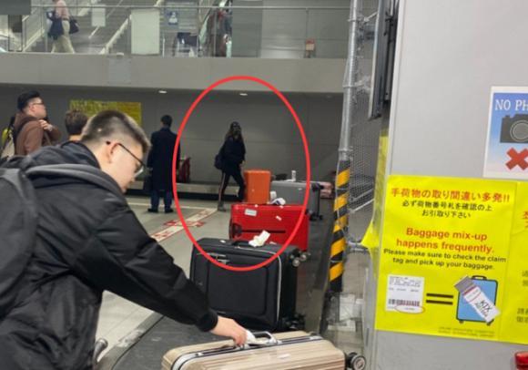 Én nhỏ Triệu Vy lộ mặt vàng vọt, kiệt sức khi một mình xuất hiện ở Nhật Bản-3