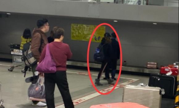 Én nhỏ Triệu Vy lộ mặt vàng vọt, kiệt sức khi một mình xuất hiện ở Nhật Bản-4