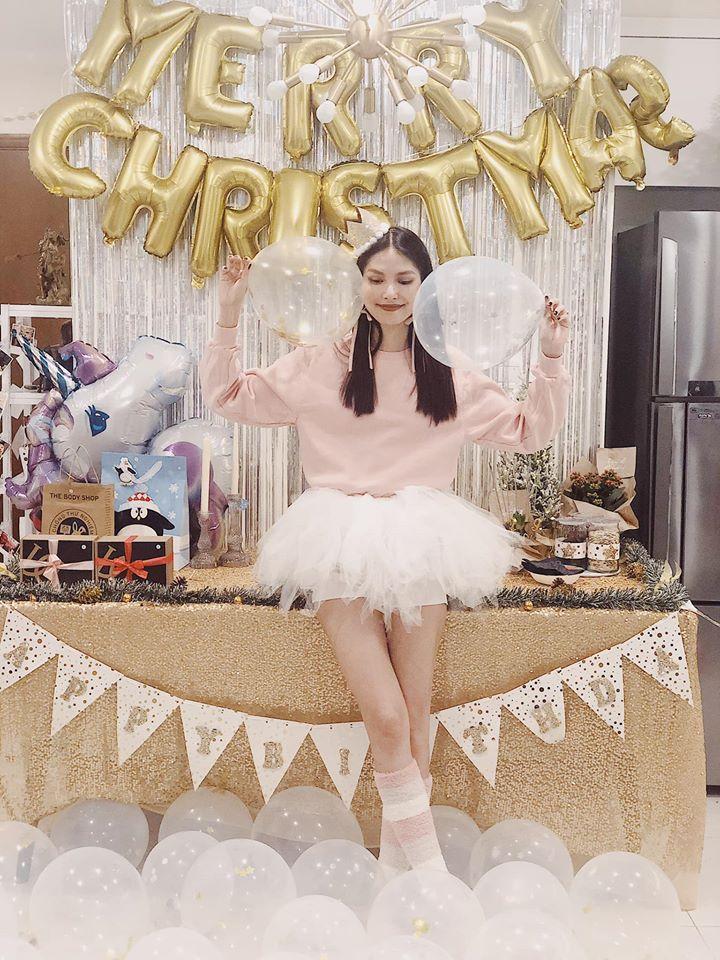 Hôn phu ngoại quốc mua 3 bánh kem cỡ lớn, giấu cả dây tiền 500.000 bên trong mừng sinh nhật Thùy Dương-2