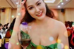 Phi Thanh Vân lả lơi váy áo khoe ngực 93cm hiếm có trong showbiz Việt