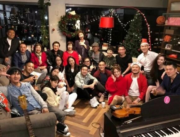 Ấm lòng trước hình ảnh hôn thê cùng gia đình 2 bên đón Noel đầu tiên xa Cao Dĩ Tường-1