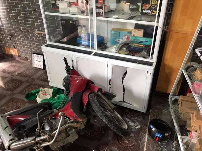 Clip: Khó hiểu nhìn nữ tài xế húc văng cửa cuốn một cửa hàng, màn lùi xe càng khủng khiếp hơn-2