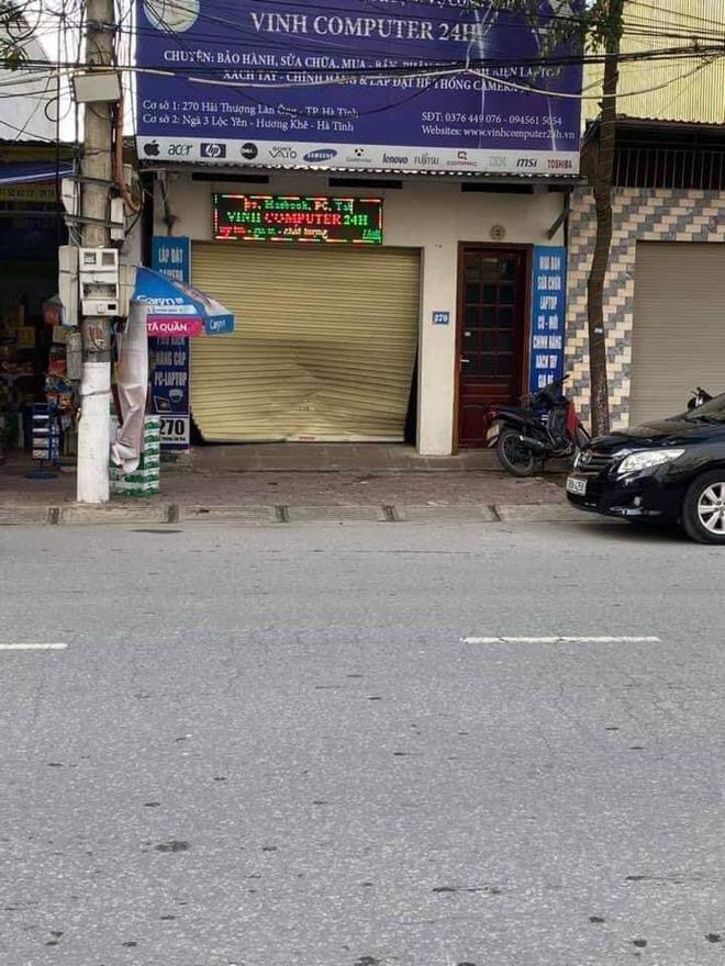 Clip: Khó hiểu nhìn nữ tài xế húc văng cửa cuốn một cửa hàng, màn lùi xe càng khủng khiếp hơn-5