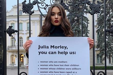 Bị tước quyền thi Miss World vì trót sinh con, phế hoa hậu Ukraine tới tận nhà chủ tịch Julia Morley biểu tình