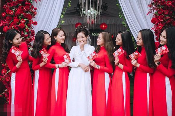 Trọn bộ ảnh lễ ăn hỏi đẹp lịm tim của Phan Văn Đức, chú rể - cô dâu trao nhau nụ hôn ngọt ngào-4