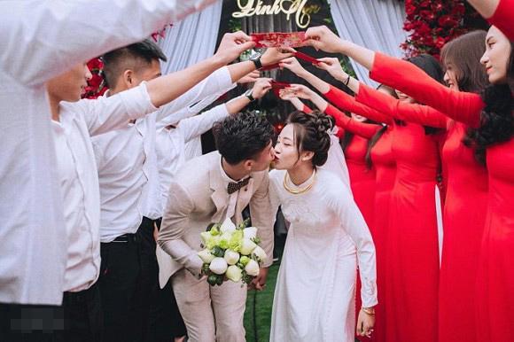 Trọn bộ ảnh lễ ăn hỏi đẹp lịm tim của Phan Văn Đức, chú rể - cô dâu trao nhau nụ hôn ngọt ngào-2