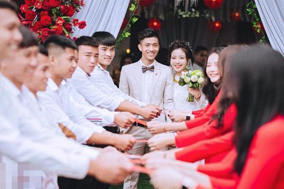 Trọn bộ ảnh lễ ăn hỏi đẹp lịm tim của Phan Văn Đức, chú rể - cô dâu trao nhau nụ hôn ngọt ngào-3