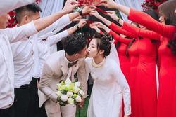 Trọn bộ ảnh lễ ăn hỏi đẹp lịm tim của Phan Văn Đức, chú rể - cô dâu trao nhau nụ hôn ngọt ngào