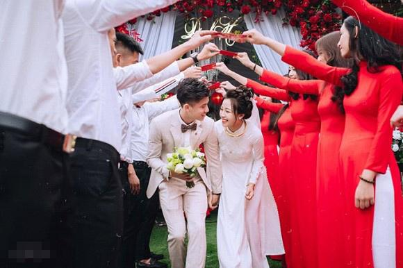 Trọn bộ ảnh lễ ăn hỏi đẹp lịm tim của Phan Văn Đức, chú rể - cô dâu trao nhau nụ hôn ngọt ngào-5