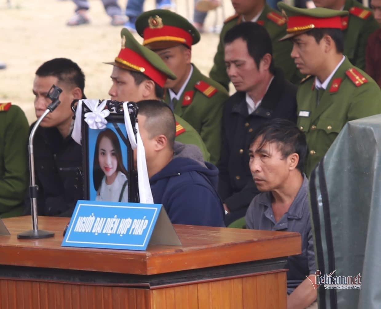 Người thân mang di ảnh nữ sinh Cao Mỹ Duyên đến tòa, kẻ sát nhân khóc nức nở khi đối diện án tử-3