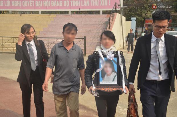 Người thân mang di ảnh nữ sinh Cao Mỹ Duyên đến tòa, kẻ sát nhân khóc nức nở khi đối diện án tử-2