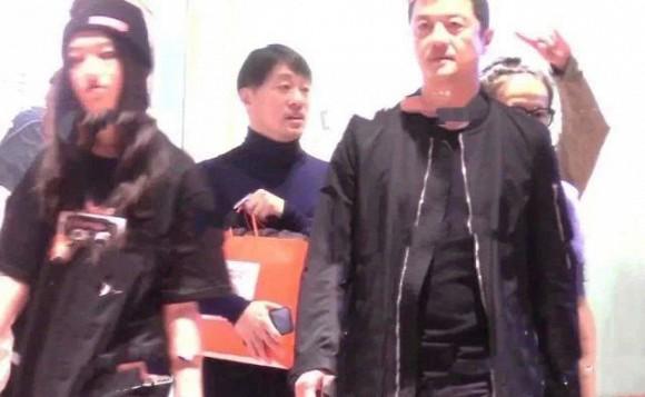 Lý Á Bằng đưa con gái đi mua sắm, cử chỉ và gương mặt của Lý Yên khác hẳn lúc ở cạnh Vương Phi-1
