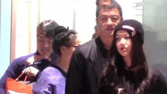 Lý Á Bằng đưa con gái đi mua sắm, cử chỉ và gương mặt của Lý Yên khác hẳn lúc ở cạnh Vương Phi-5