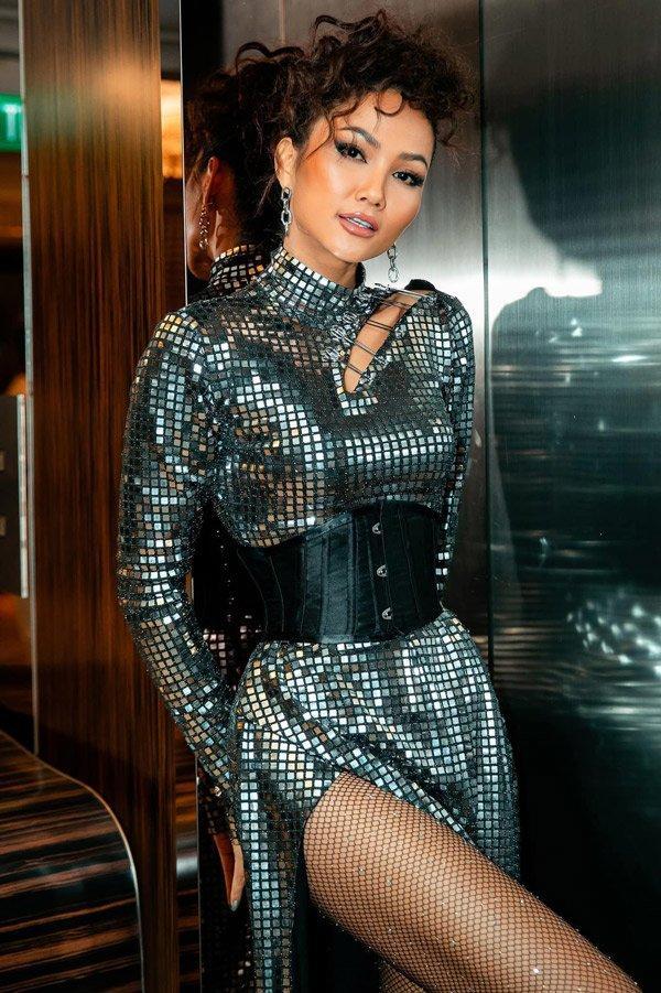 SAO MAKE OVER: Hoa hậu Khánh Vân - HHen Niê mất điểm vì phong cách trang điểm già chát, không hợp mặt-1