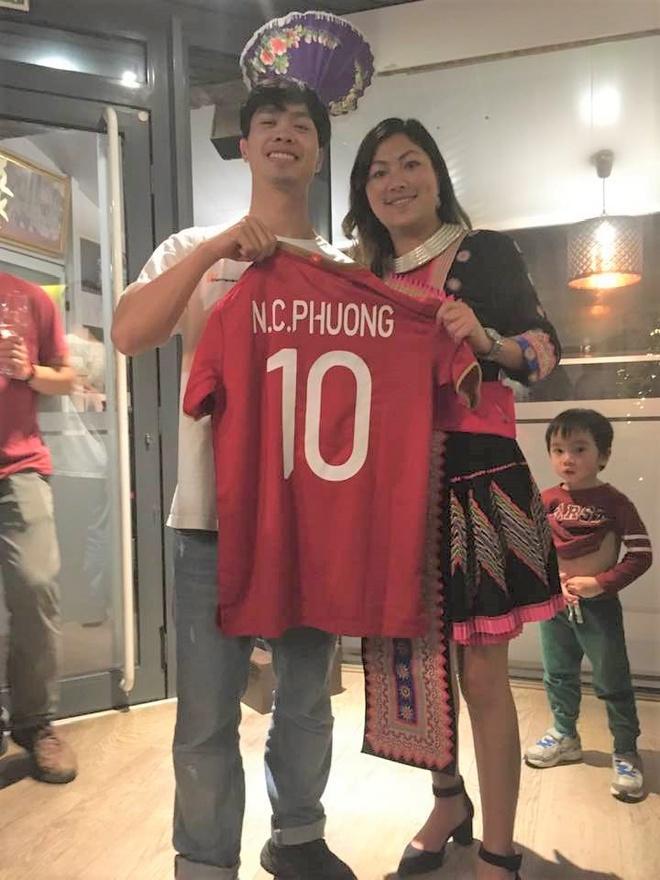 Cô bé HMông Lò Thị Mai được Công Phượng tặng áo đấu tại Bỉ-1