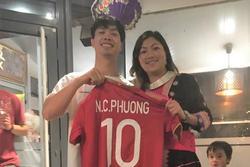 'Cô bé H'Mông' Lò Thị Mai được Công Phượng tặng áo đấu tại Bỉ