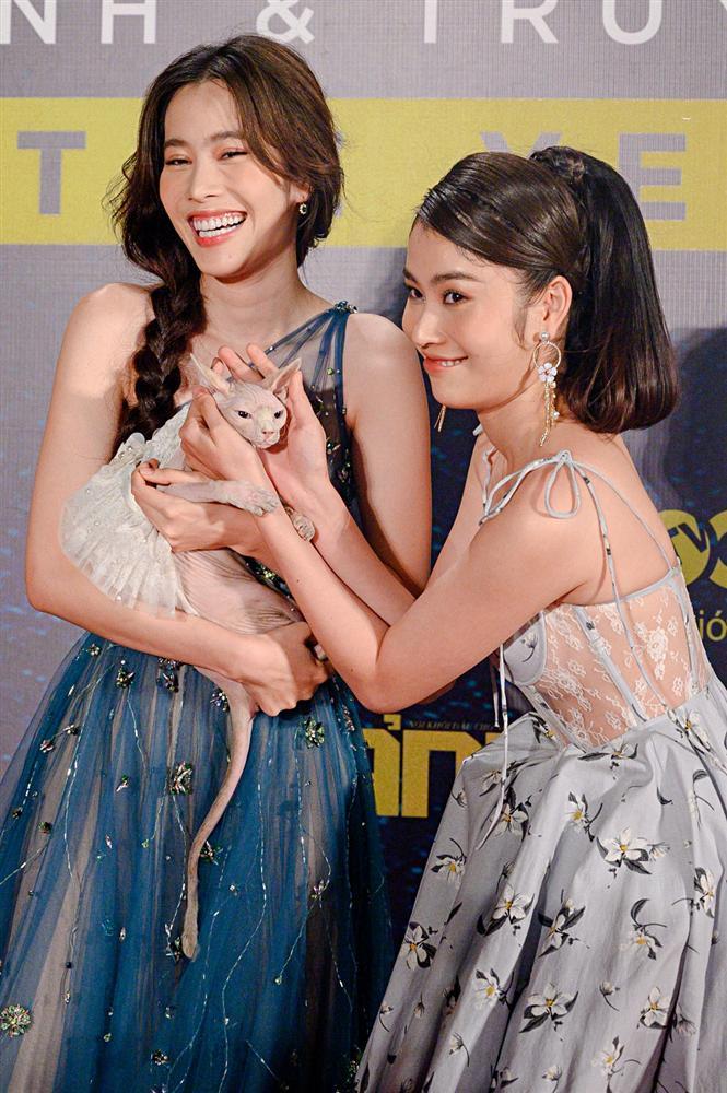 Chị em Nam Anh - Nam Em bế mèo không lông có giá bằng cả chiếc túi LV trên thảm đỏ Ngôi sao xanh-3
