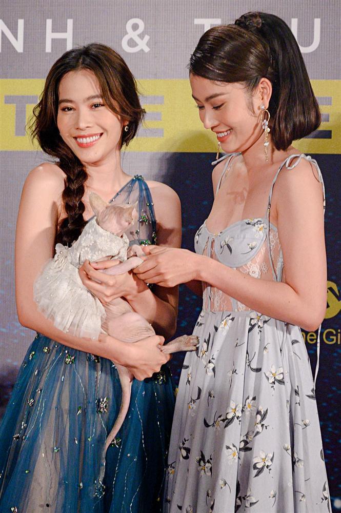 Chị em Nam Anh - Nam Em bế mèo không lông có giá bằng cả chiếc túi LV trên thảm đỏ Ngôi sao xanh-4