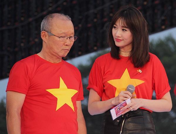 Vợ chồng Tăng Thanh Hà khoe ảnh chụp cùng HLV Park Hang Seo, nhan sắc ngọc nữ gây chú ý-7