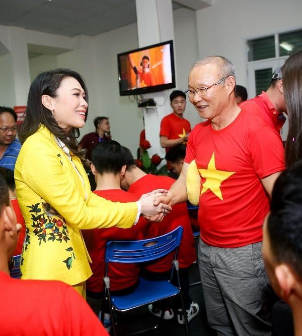 Vợ chồng Tăng Thanh Hà khoe ảnh chụp cùng HLV Park Hang Seo, nhan sắc ngọc nữ gây chú ý-5