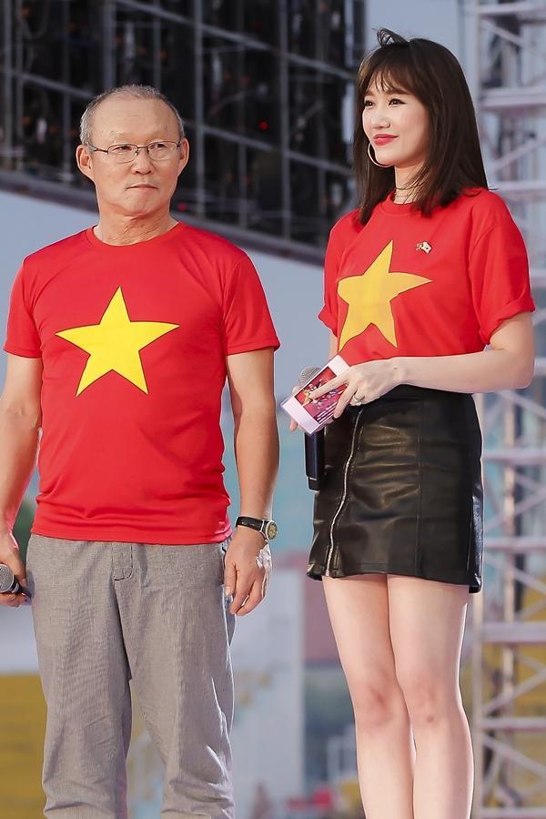 Vợ chồng Tăng Thanh Hà khoe ảnh chụp cùng HLV Park Hang Seo, nhan sắc ngọc nữ gây chú ý-8