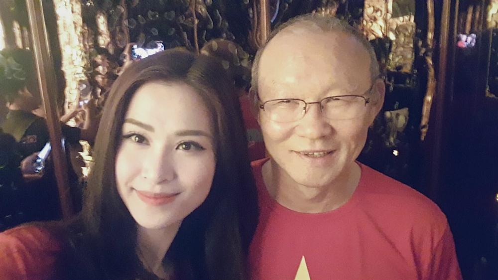 Vợ chồng Tăng Thanh Hà khoe ảnh chụp cùng HLV Park Hang Seo, nhan sắc ngọc nữ gây chú ý-10