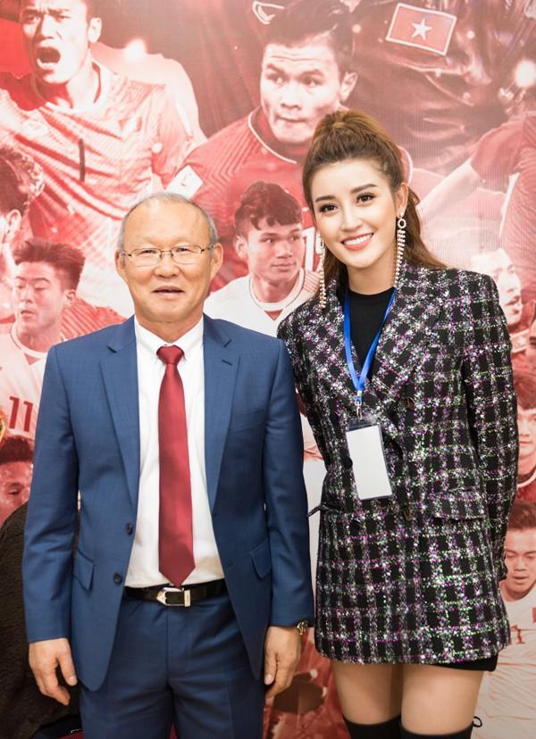 Vợ chồng Tăng Thanh Hà khoe ảnh chụp cùng HLV Park Hang Seo, nhan sắc ngọc nữ gây chú ý-9