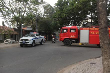 Bình Dương: Huy động nhiều Cảnh sát, xe chữa cháy đến khống chế thanh niên nghi ngáo đá cố thủ đòi đốt nhà