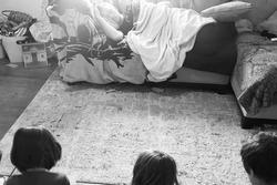 Thay vợ trông 4 đứa con nhưng quá mệt, ông chồng có cách xử lý 'một mũi tên trúng 2 đích' khiến tất cả nể phục