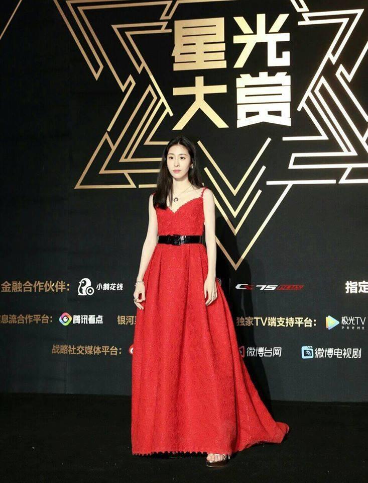 Thảm đỏ Tinh Quang Đại Thưởng: Địch Lệ Nhiệt Ba khoe ngực bốc lửa, Dương Mịch lộng lẫy như công chúa-13