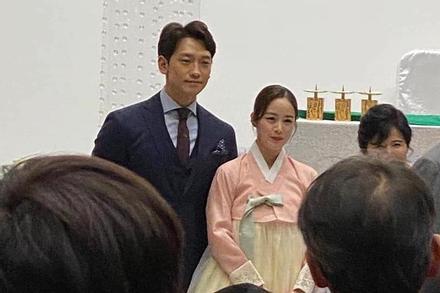 Ảnh hiếm hoi của Bi Rain và Kim Tae Hee trong hôn lễ em trai