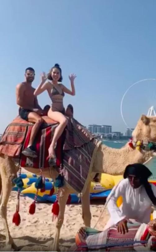 Mặc bikini nhỏ xíu cưỡi lạc đà, Ngọc Trinh khoe body 30 vẫn còn xuân trên đất Dubai sang chảnh-2