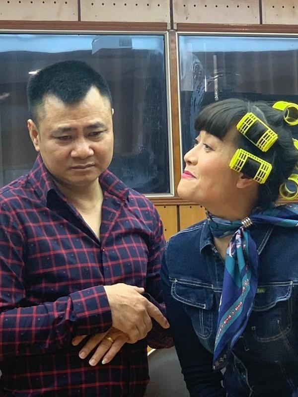 Vân Dung tóc quấn lô chi chít quậy tung hậu trường chương trình thay thế Táo quân-4