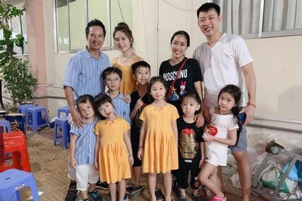 Gia đình Lý Hải - Ốc Thanh Vân hội ngộ, dân mạng thích thú vì quân số 2 nhà đông ngang ngửa