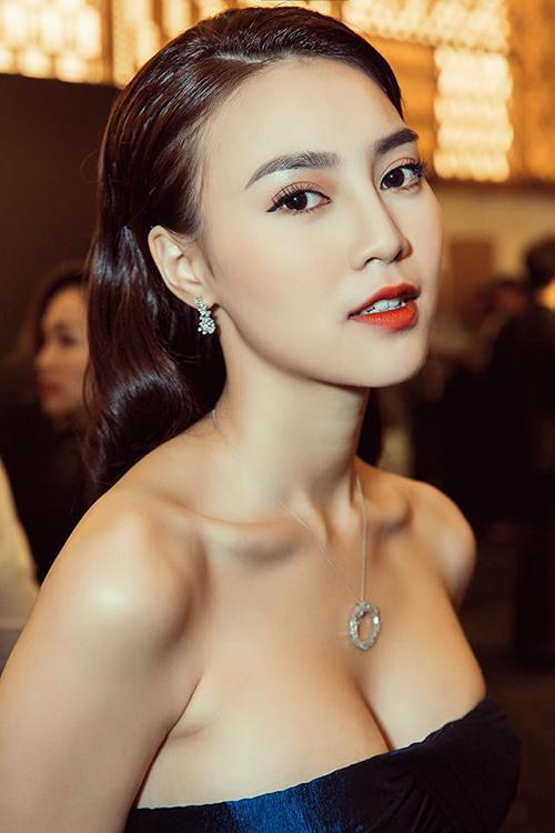 Ninh Dương Lan Ngọc che chắn vòng 1 cẩn thận khi chụp hình cùng Dương Khắc Linh-8