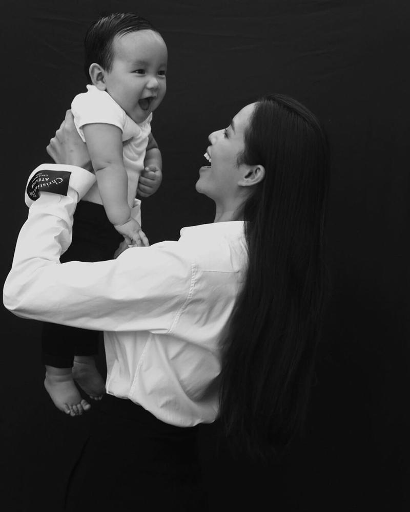 Hoa hậu Phạm Hương đăng ảnh cực rõ mặt con trai: Có giống mẹ không mọi người?-2
