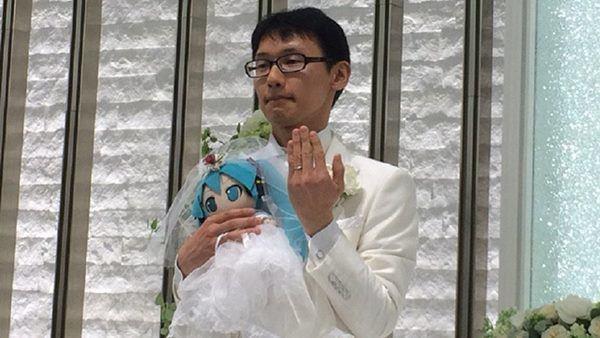 Ông giáo cưới búp bê vì mất niềm tin vào phụ nữ, 1 năm sau vẫn hạnh phúc mặn nồng-3