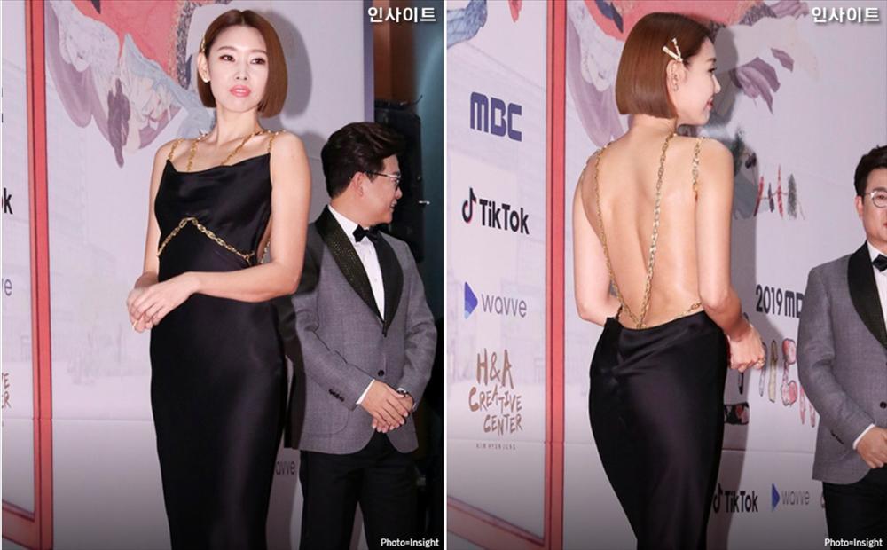 Sao Hàn diện đồ hở lưng: YoonA đẹp như nữ thần, Hwasa bị chê phản cảm-1
