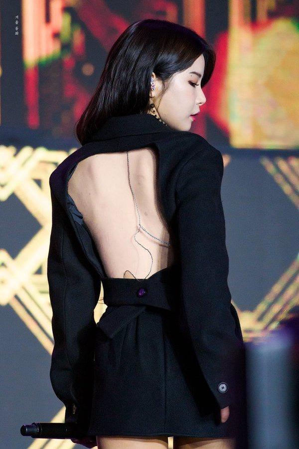 Sao Hàn diện đồ hở lưng: YoonA đẹp như nữ thần, Hwasa bị chê phản cảm-6
