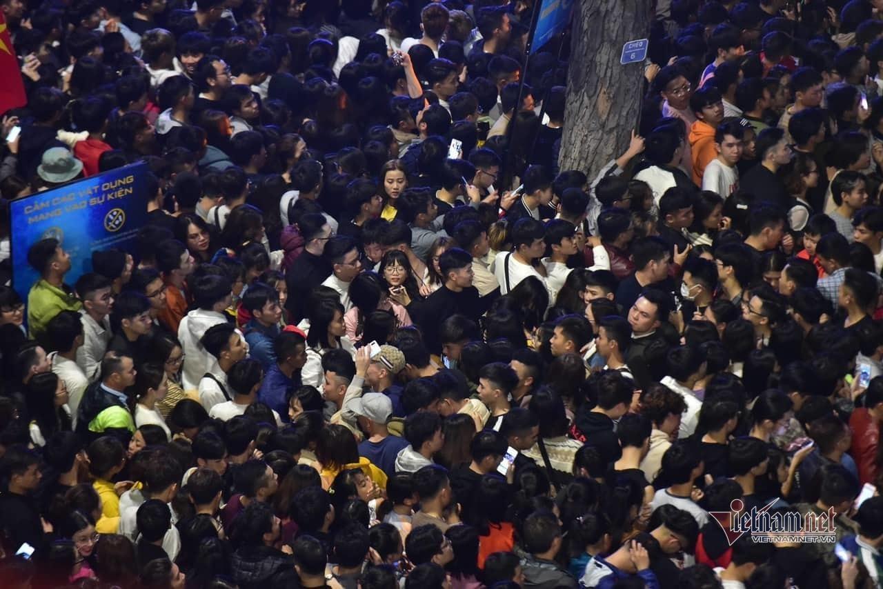 Clip: Kinh hoàng khoảnh khắc biển người chen nhau đến ngất xỉu để đón năm mới ở Hà Nội-1