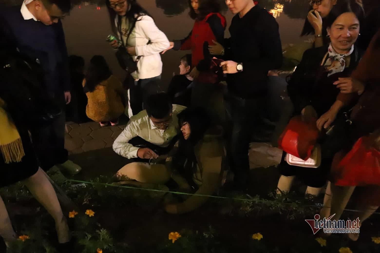 Clip: Kinh hoàng khoảnh khắc biển người chen nhau đến ngất xỉu để đón năm mới ở Hà Nội-5
