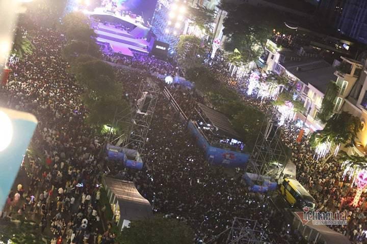 Clip: Kinh hoàng khoảnh khắc biển người chen nhau đến ngất xỉu để đón năm mới ở Hà Nội-10