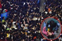 Clip: Kinh hoàng khoảnh khắc biển người chen nhau đến ngất xỉu để đón năm mới ở Hà Nội
