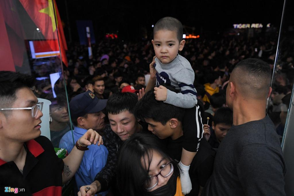 Clip: Kinh hoàng khoảnh khắc biển người chen nhau đến ngất xỉu để đón năm mới ở Hà Nội-3